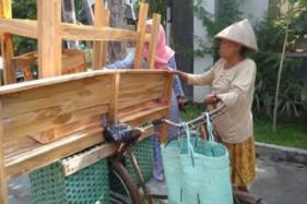 Viral Nenek Jajakan Meja-Kursi Kayu Keliling Solo Naik Sepeda Onthel