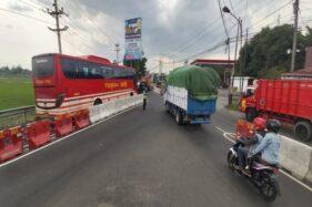 Simpang Dlopo menjadi salah satu lokasi rawan macet parah akibat pengalihan arus lalin terdampak proyek flyover Purwosari, Solo. (Solopos/Indah Septiyaning W.)
