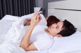 Ilustrasi mengecek smartphone saat bangun tidur. (Freepik.com)
