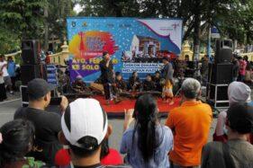 Seniman yang tergabung dalam Ketoprak Ngampung menghibur warga dalam acara sosialisasi Solo Great Sale (SGS) 2020 saat car free day (CFD) di Jl. Slamet Riyadi, Solo, Minggu (12/1/2020). (Solopos-M. Ferri Setiawan)