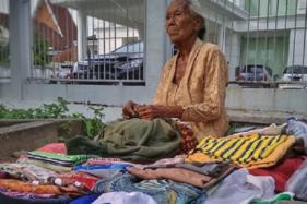 Mbah Sri Salami, penjual pakaian bekas di Solo (Instagram/@saiff_food).