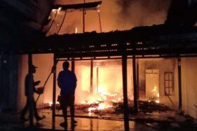 Sukarelawan memadamkan api yang membakar tiga rumah di Dukuh Candi, Desa Bentak, Sidoharjo, Sragen, Jumat (17/1/2020) malam. (Istimewa-SAR Poldes Sidoharjo)