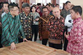 Menteri Koperasi dan UKM Teten Masduki berkunjung ke Politeknik Industri Furnitur dan Pengolahan Kayu di Kendal, Jawa Tengah, Jumat (24/1/2020). (Antara-I.C. Senjaya)