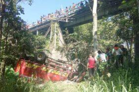 Truk bermuatan pasir terjung ke jurang setelah menabrak pembatas Jembatan Ngancar di Dukuh/Desa Bandungan, Kecamatan Jatinom, Klaten, Sabtu (18/1/2020). (Solopos-Taufiq Sidik Prakoso)