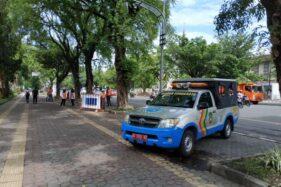 Dinas Perhubungan Kota Solo memasang spanduk informasi uji coba parkir di sisi selatan Jl. Slamet Riyadi, Senin (6/1/2020). (Solopos-Ichsan Kholif Rahman)