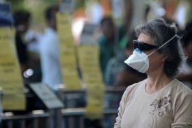 Penumpang pesawat mengenakan masker di area Terminal Kedatangan Internasional Bandara Internasional I Gusti Ngurah Rai, Bali, Jumat (31/1/2020). WHO menetapkan status darurat global wabah virus Corona. (Antara-Fikri Yusuf)