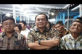 Ipar Presiden Joko Widodo, Wahyu Purwanto (tengah), dan Kepala Disdikpora Gunung Kidul Bahron Rosyid (kiri). (Antara)