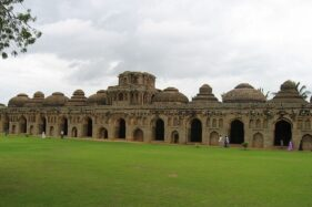 Gajashaala atau kandang gajah, dibangun oleh penguasa Wijayanegara untuk kandang gajah perang. (Wikimedia.org)
