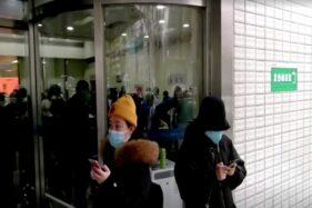 Warga memakai masker di salah satu rumah sakit di Wuhan, China, 22 Januari 2020. (Reuters)