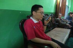 Ahmad Syaifuddin Zuhri, 35, menghubungi istrinya, Hilyatu Millati Rusydiyah, 33, yang masih tertahan di Wuhan, Tiongkok, Selasa (28/1/2020). (Solopos/Taufiq Sidik Prakoso)