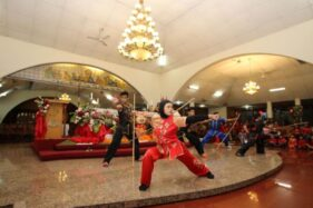 Berhijab, Atlet Wushu Ini Tak Canggung Tampil di Misa Imlek Gereja Katolik Solo