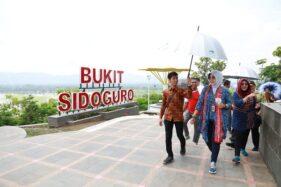 Bupati Klaten, Sri Mulyani (dua dari kiri) saat meninjau objek wisata Bukit Sidoguro, Bayat, Klaten, Jumat (7/2/2020). (Istimewa)
