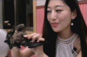 Wang Mengyun di video yang viral memakan makanan ekstrem. (AsiaWire)