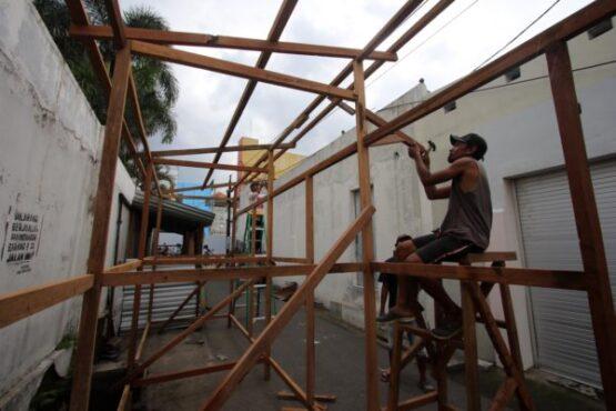 Pekerja menyelesaikan pembangunan kios pasar darurat Pasar Purwosari, Solo, Senin (10/2/2020). (Solopos/Nicolous Irawan)