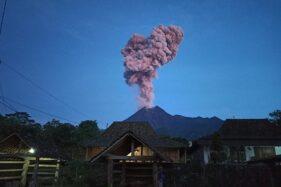 Kolom erupsi Gunung Merapi terlihat dari wilayah Dukuh Gondang, Desa Balerante, Kecamatan Kemalang, Kamis (13/2/2020) sekitar pukul 05.16 WIB. (Istimewa/Jainu)