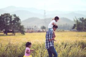 Ilustrasi orang tua dengan anak (Freepik)