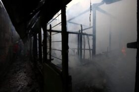 Petugas Dinas Pemadam Kebakaran (DPK) Kota Solo memadamkan api yang membakar rumah milik warga di Yosoroto, Purwosari, Laweyan, Solo, Selasa (18/2/2020). (Solopos/Nicolous Irawan)