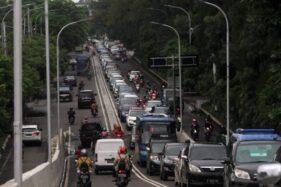 Antrean kendaraan bermotor terlihat saat akan melintasi flyover Manahan, Jl. Adisucipto, Solo,  Kamis (20/2/2020). (Solopos/Nicolous Irawan)