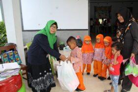 Warga menabung sampah melalui Bank Sampah Tasaka saat kegiatan Posyandu bersama di Kelurahan Buntalan, Kecamatan Klaten Tengah, Klaten. (Solopos/Taufiq Sidik Prakoso)