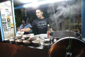 Jamaludin, 34, dan Lani Retnowati, 34, menyiapkan sop ayam pesanan pembeli di warung mereka bernama Sop Ayam Bu Lastri, Jl. Rajawali, Kelurahan Bareng, Kecamatan Klaten Tengah, Klaten, Jawa Tengah. (Solopos/Taufiq Sidik Prakoso)