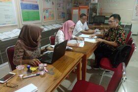 Tiga orang petugas melayani pendaftaran anggota PPS pada hari terakhir pendaftaran di Kantor KPU Sragen, Senin (24/2/2020). (Solopos/Tri Rahayu)