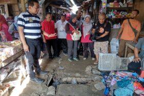 Wakil Bupati Sragen, Dedy Endriyatno, melihat kondisi drainase Pasar Sukodono yang mampet, Jumat (28/2/2020). (Solopos/Tri Rahayu)