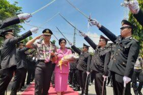 AKBP Ruruh Wicaksono mengikuti prosesi pedang pora di halaman Mapolres Madiun, Selasa (18/2/2020). (Abdul Jalil/Madiunpos.com)