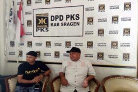 Ketua DPD PKS Sragen Idris Burhanudin (kanan) menyampaikan kekecewaannya atas turunnya rekomendasi Yuni-Suroto di Kantor DPD PKS Sragen, Kamis (20/2/2020). (Solopos/Tri Rahayu)