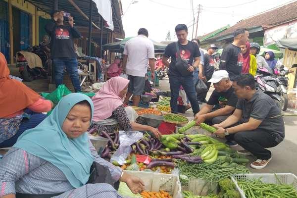 Pilkada Klaten: Ida Hartono Blusukan ke Pasar, Minta Doa Restu dan Borong Jualan Pedagang