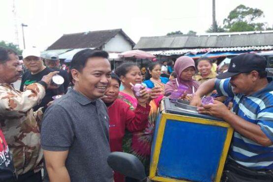 Cabup Klaten, Ida Hartono, blusukan ke pasar tradisional di Klaten, Sabtu (1/2/2020). (Solopos-Ponco Suseno)
