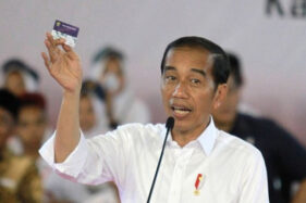 Presiden Joko Widodo (Jokowi) memberikan sambutan saat penyerahan Kartu Indonesia Pintar (KIP) di GOR David Tonny, Kabupaten Gorontalo, Gorontalo, Jumat (1/3/2019). (Antara/Adiwinata Solihin)