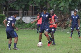 Bek Persis Solo, Bruno Casimir (kedua dari kanan), membayangi Rishadi Fauzi dalam latihan di Lapangan Bolon, Colomadu, Karanganyar, Senin (24/2/2020). (istimewa/official Persis Solo)