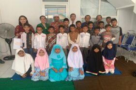 Manajemen The Sunan Hotel Solo bersama anak yatim di Yayasan Yatim Mandiri Solo, Kamis (16/2/2020). (Istimewa/The Sunan Hotel Solo)