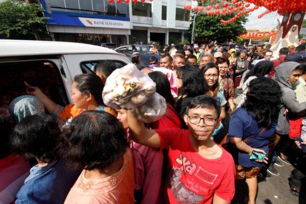 Masyarakat menyerbut operasi pasar bawang putih yang digelar Kementerian Pertanian di Pasar Gede Solo, Kamis (13/2/2020). (Solopos/M. Ferri Setiawan)
