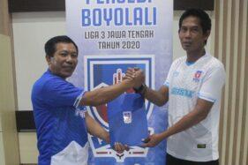 Manajer Persebi Boyolali, Kukuh Hadiatmo (kiri), resmi menunjuk Khamid Mulyono sebagai pelatih anyar Laskar Pandan Arang. (istimewa)