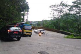 Kendaraan bermotor melintas di Tikungan Panorama Sitinjau Lauik, Padang. (Antarafoto.com)