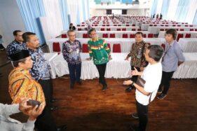 Kepala Kantor Regional II Badan Kepegawaian Nasional (BKN) Surabaya, Tauchid Djatmiko, bersama Sekda Kabupaten Madiun Tontro Pahlawanto, Sekda Kabupaten Ponorogo Agus Pramono, saat mengecek lokasi tes SKD CPNS di Gedung Expeterium Unmuh Ponorogo, Kamis (13/2/2020). (Istimewa-Pemkab Ponorogo)