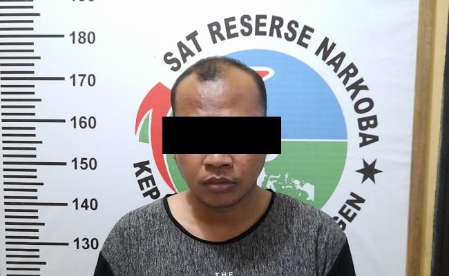 Davis, satu dari tiga orang yang diringkus aparat Satuan Narkoba Polres Sragen, Kamis (13/2/2020). (Istimewa/Satnarkoba Polres Sragen)