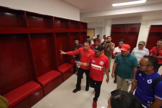 Ketum PSSI dan Wali Kota Solo melihat kondisi ruang ganti Stadion Manahan Solo. (Nicolous Irawan/Solopos)