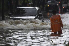 Pengendara mobil melintasi banjir di kawasan Kemang Raya, Jakarta, Selasa (25/2/2020). (Antara-Wahyu Putro A)