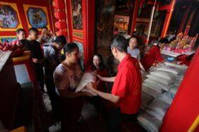 Pengelola Kelenteng Tien Kok Sie Solo membagikan beras kepada warga, Minggu (16/2/2020). (Solopos/Nicolous Irawan)