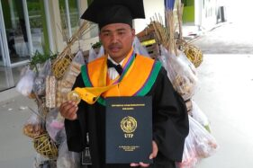 Amirudin, bakul sayur yang menjadi wisudawan UTP Solo, Sabtu (29/2/2020). (Solopos/Akhmad Ludiyanti)