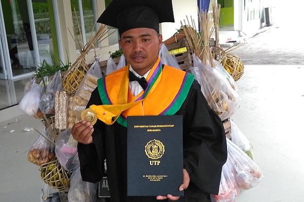 Lulus Kuliah, Bakul Sayur Karanganyar Wisuda Bawa Bronjong Dagangan