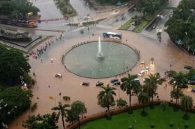 Kendaraan melintasi banjir yang menggenangi kawasan Bundaran Bank Indonesia di Jakarta Pusat, Selasa (25/2/2020) pagi.  (Antara-Winda Wahyu Fariansih)