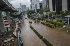 Kendaraan melintasi banjir yang menggenangi Jl. H. R. Rasuna Said, Kuningan, Jakarta, Selasa (25/2/2020). (Antara-Galih Pradipta)