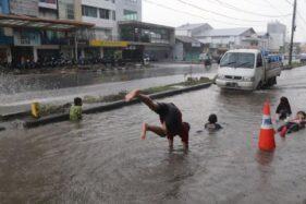 Foto Anak-Anak Renang di Genangan Air Jl. Slamet Riyadi Solo