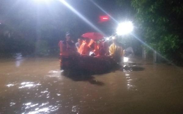 Tim gabungan penanggulangan bencana dan sukarelwan mengevakuasi warga korban banjir di Selogiri, Wonogiri, Minggu (16/2/2020) malam. (Istimewa/BPBD Wonogiri