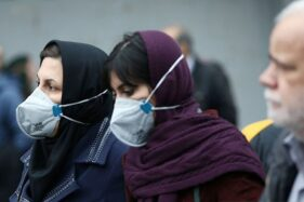 Perempuan Iran mengenakan masker mulut dan hidung untuk mencegah tertular virus corona ketika berjalan di Grand Bazaar di Teheran, Iran (20/2/2020) . (Antara/Kantor Berita Asia Barat WANA)/Nazanin Tabatabaee via Editor Reuters)