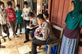 Dua anggota Polsek Gesi mengumpulkan data terkait dengan kasus pencurian sepeda motor di Dukuh Kopen, RT 002, Desa Tanggan, Gesi, Sragen, Jumat (28/2/2020). (Istimewa)