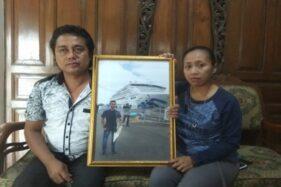 Agus Wahyudi dan Sri Wahyuni menunjukkan foto anak mereka Dimas Wahyu Pratama yang masih berada di kapal Diamond Princess, Selasa (25/2/2020). (Solopos/Nadia Lutfiana Mawarni)